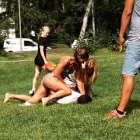 Svezia, fuori servizio in bikini: poliziotta atterra sospetto ladro