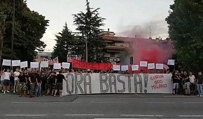 """Contestazione ad Arcore """"Berlusconi, ora basta"""""""