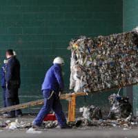 Roma, la truffa dei rifiuti: indagati all'Ama e bufera sull'assessora 5Stelle