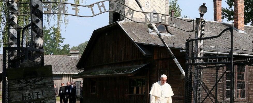 """Papa Francesco in silenzio ad Auschwitz. Il suo grido alla Via crucis: """"Dov'è Dio?"""""""