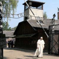 Papa Francesco in silenzio ad Auschwitz. Il suo grido alla Via crucis: