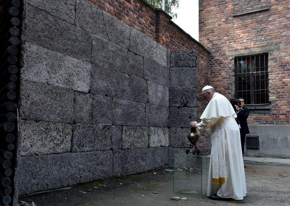 Auschwitz, papa Francesco prega in silenzio nel campo di sterminio