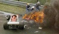 """Lauda, 40 anni fa l'incidente Merzario: """"Non so perché  mi fermai ad aiutarlo"""" /   foto"""