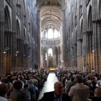Rouen, il vescovo accoglie i musulmani a messa: