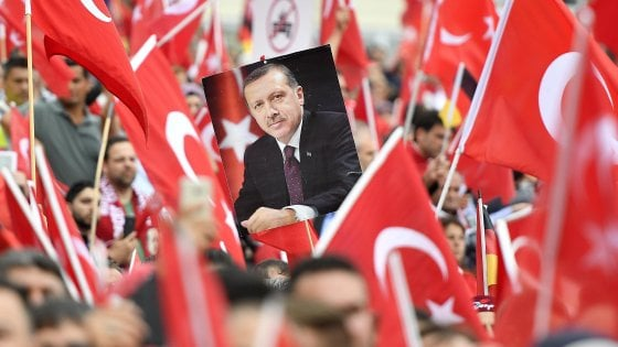 """Turchia, Erdogan contro la Ue e Mogherini. E attacca Roma: """"Non indaghi su mio figlio"""". Renzi risponde"""