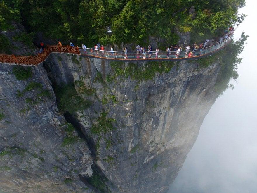 Cina a spasso tra le nuvole il ponte di vetro sospeso for Piani di fondazione del ponte