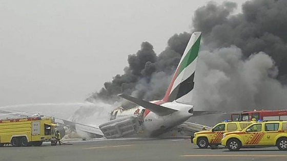 Dubai, aereo Emirates atterra e si incendia: quattro feriti, morto un vigile del fuoco