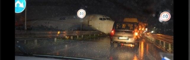 Paura a Orio al Serio, aereo esce di pista e finisce tra le auto