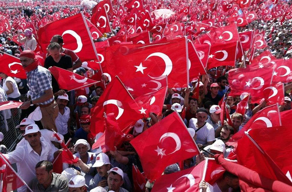 Turchia, con Erdogan e contro il golpe: un milione di persone in piazza a Istanbul