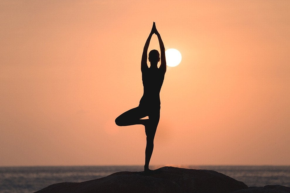 Sulla tavola da surf o remando,  al mare  lo Yoga si rinnova