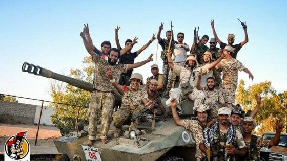 """Reportage da Sirte liberata dall'Is. """"In queste stanze condanne e torture"""""""