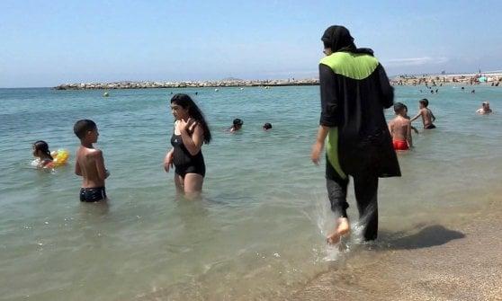 Francia, burkini vietato in spiaggia: polemiche per l'ordinanza di Cannes e Villeneuve-Loubet