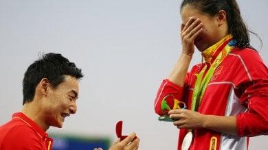 Tuffi, proposta di matrimonio sul podio alla cinese He