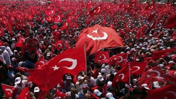 Turchia, 136 arresti in tre tribunali di Istanbul. Si dimette il direttore di Cumhuriyet