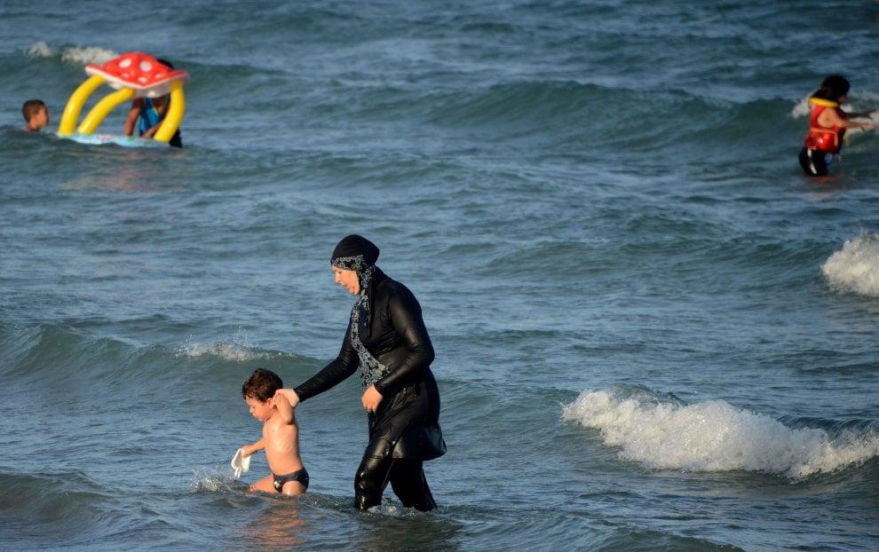 Francia, vietato il burkini in spiaggia: arrivano le prime multe
