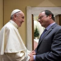 Roma, Hollande a colloquio privato col Papa: scambio di regali e stretta di mano