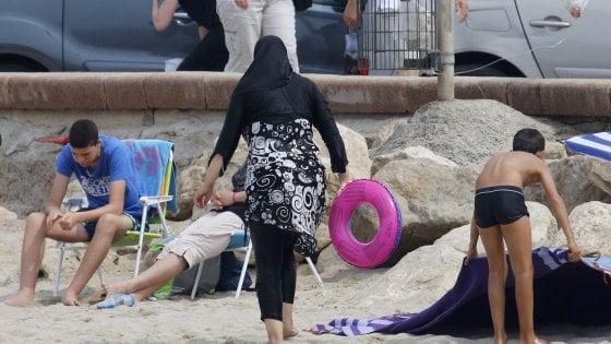 """Francia, anche Valls contro il burkini. """"Incompatibile con i nostri valori"""""""