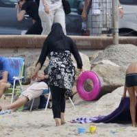 Francia, anche Valls contro il burkini.