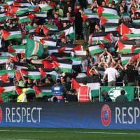 Champions League, l'Hapoel gioca a Glasgow: tifosi Celtic con le bandiere palestinesi