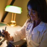 I virus sono più pericolosi di mattina, rischi con turni di notte e jet