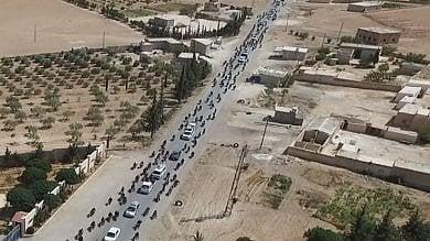 Is, le immagini della fuga da Manbij con gli scudi umani