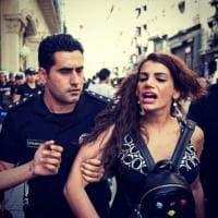 Hande Kader contro gli idranti: l'attivista al gay pride in Piazza Taksim