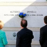 """Renzi a Ventotene con Merkel e Hollande. """"Europa soluzione, non problema. E non finisce..."""