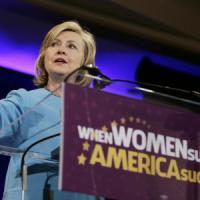 Clinton, piovono altre mail in campagna elettorale: Fbi ne scopre 15mila nascoste