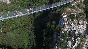 E' sospeso a 80 metri da terra Il ponte tibetano è in Italia