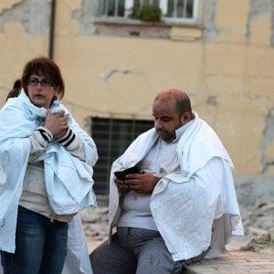 """Terremoto, persone in strada e fuochi in piazza. Il racconto della paura: """"In un attimo è crollato tutto"""""""