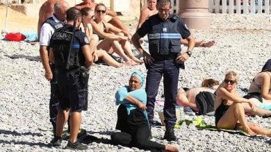 Nizza, la polizia costringe una donna  a togliersi il burkini: è polemica