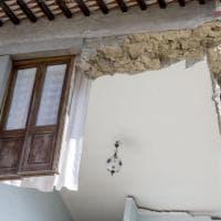 Terremoto, nel cuore delle case dilaniate dal sisma