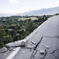Terremoto, crepe nell'asfalto e strade dissestate dal sisma