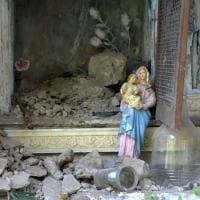 Terremoto, la Madonna tra le macerie di Pescara del Tronto: intatta la statua della Vergine