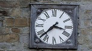 L'orologio del campanile     fermo all'ora della scossa