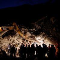 Terremoto, la notte di ricerche dopo il sisma