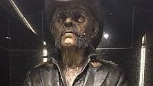 """Lemmy, omaggio a L. A. la statua nel """"suo"""" bar"""