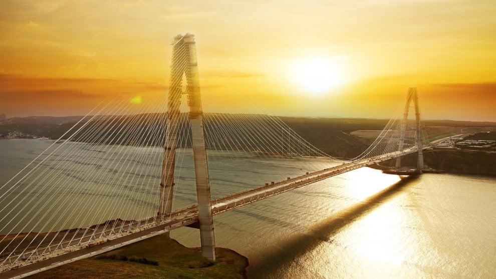 Turchia, Astaldi inaugura il ponte dei record sul Bosforo: 8 corsie di autostrada e 2 linee ferroviarie