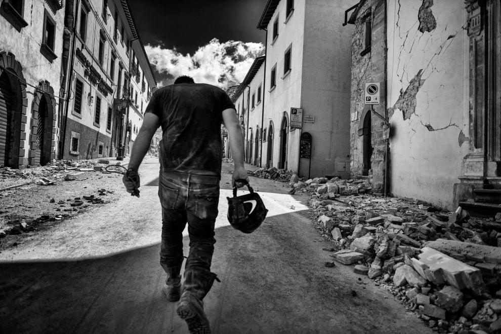 Terremoto il fotoracconto in bianco e nero - Tappeto bianco e nero ...