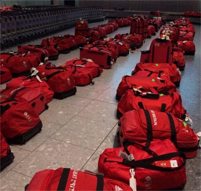 Rio, gli atleti britannici arrivano all'aeroporto ma le 900 valigie sono tutte uguali