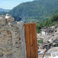 Terremoto, quelle porte che si aprono sulle macerie