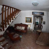 Terremoto, il salone, il soggiorno, la camera da letto. Gli interni delle case distrutte