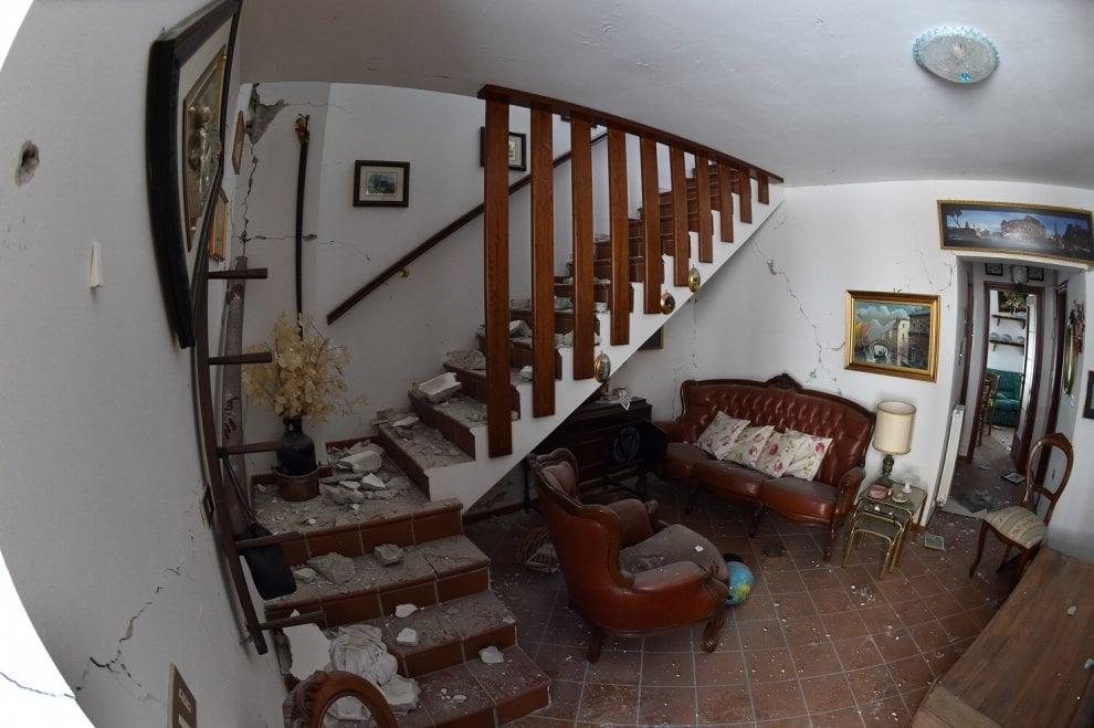 Terremoto il salone il soggiorno la camera da letto for Gli interni delle case piu belle