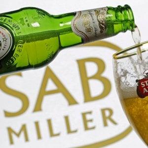 Le birre artigianali mettono alle strette i colossi: 5.500 tagli per AB Inbev