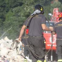 Terremoto, sale a 268 morti il bilancio delle vittime. Nuova violenta scossa all'alba....