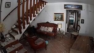 Il salone, il soggiorno, la camera Dentro le abitazioni distrutte