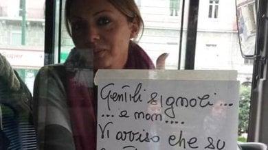 """""""Su questo bus c'è un borseggiatore"""" A Napoli gli autisti con i volantini   foto"""