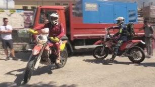 Angeli in moto da cross portano medicine dove altri non arrivano