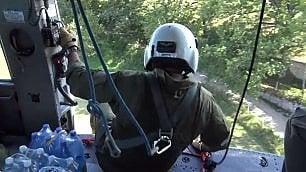 La missione di soccorso: acqua  e cibo arrivano con l'elicottero