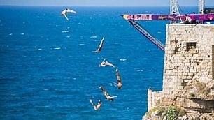 Tuffi estremi dalle torri    foto    Al via il Red Bull cliff diving